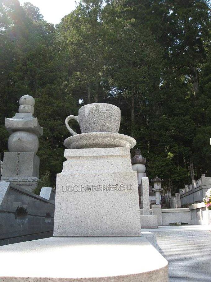 有名企業の慰霊碑・供養塔が建ち並ぶ参道