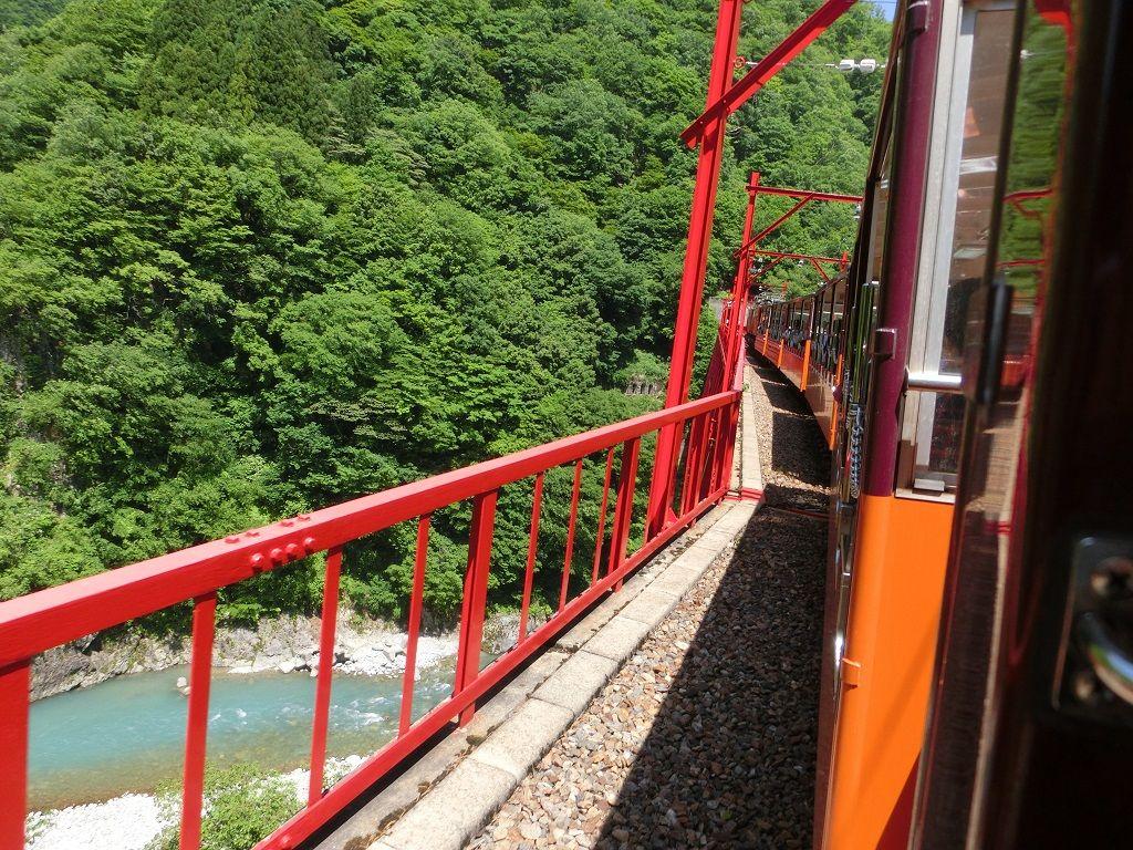 エメラルドグリーンの絶景が続く「黒部峡谷トロッコ電車」は、スリルも満点!