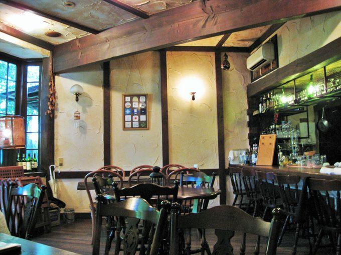 窓からの緑も美しい「cafe&barのこもれび」