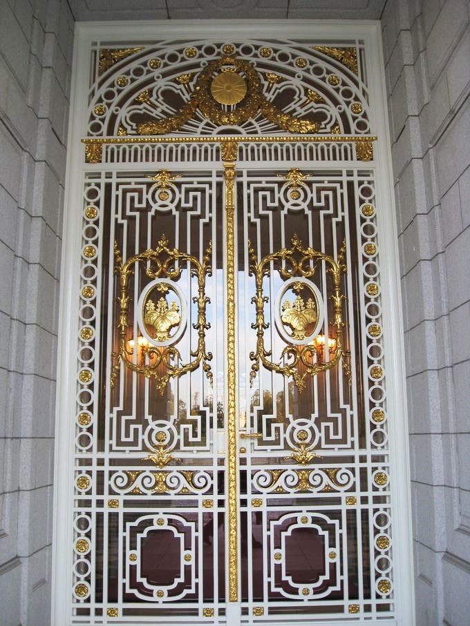 格調高いドア