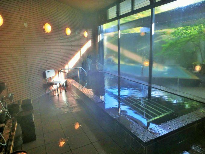 内湯は無色透明のアルカリ単純泉