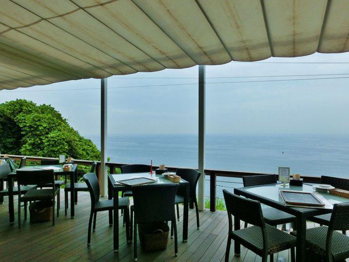 海を見下ろす「イルキャンティ・カフェ江の島」のテラス席