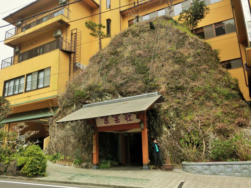 玄関前にそびえ立つ岩山が目印!箱根塔ノ沢温泉「紫雲荘」