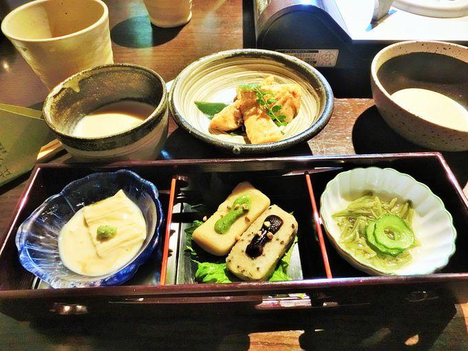 白と緑の市松模様の湯豆腐