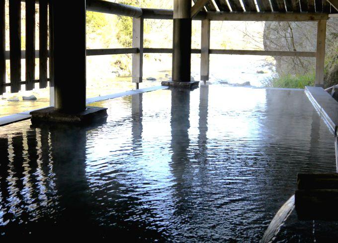 歴史ある御湯を肌で感じる源泉かけ流しの「河原の湯」