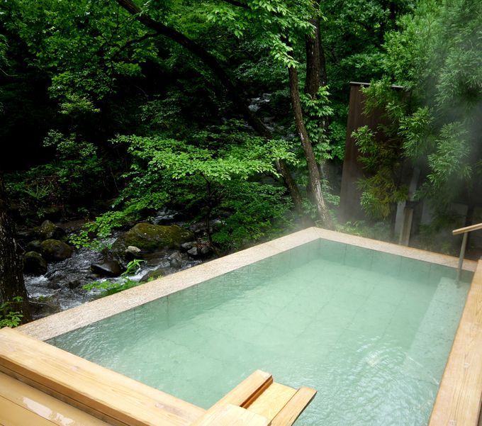 川のせせらぎ、小鳥のさえずりに癒される、森の離れの露天風呂