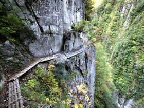 高さ100m以上の崖っぷちを歩く!秘境「黒部峡谷 下ノ廊下」が魅せる究極の峡谷景観|富山県|トラベルjp<たびねす>