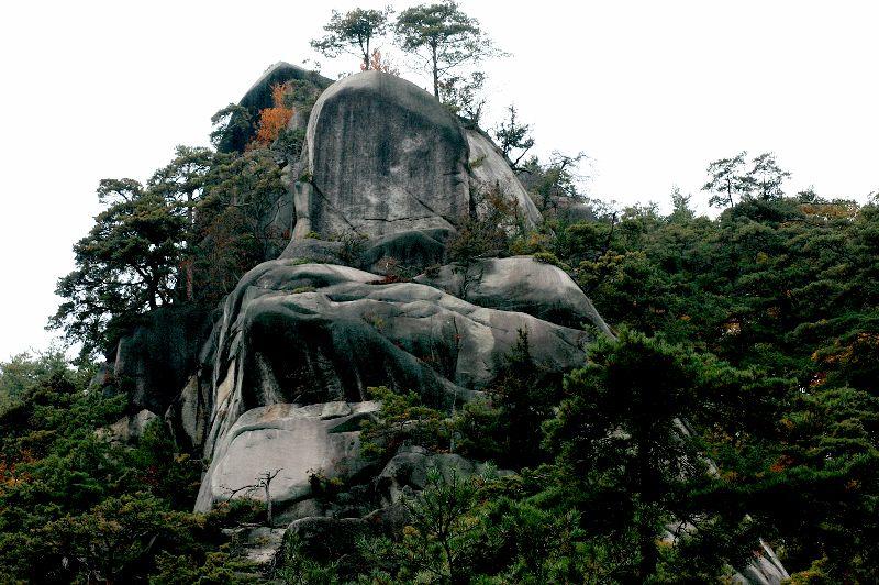 ユニークな形の奇岩がゴロゴロ