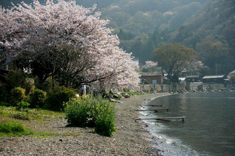 湖畔には洗い物の為の「ハシイタ」が残る