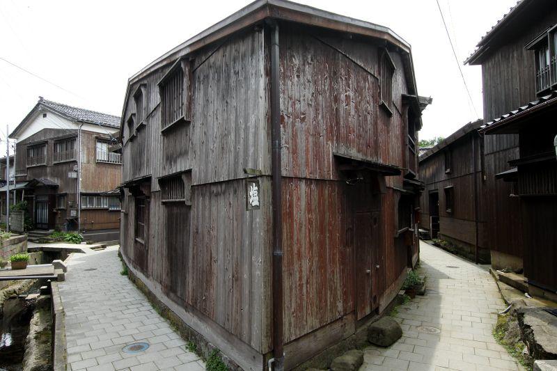 匠のワザで築かれた縦板張りの家屋