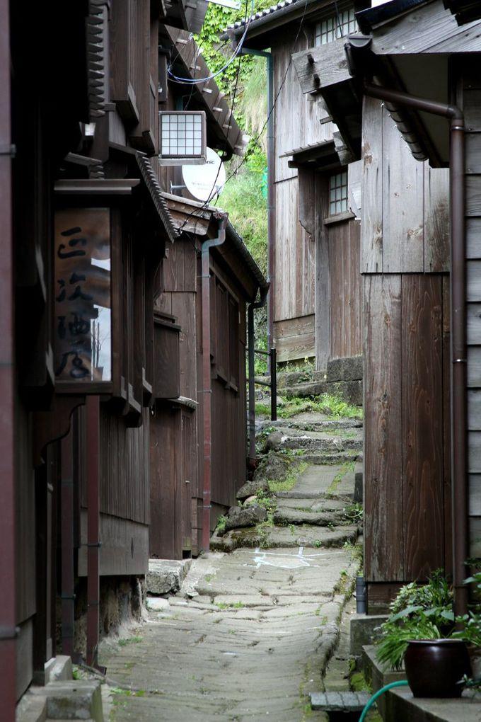 昔ながらの石畳が残る世捨小路