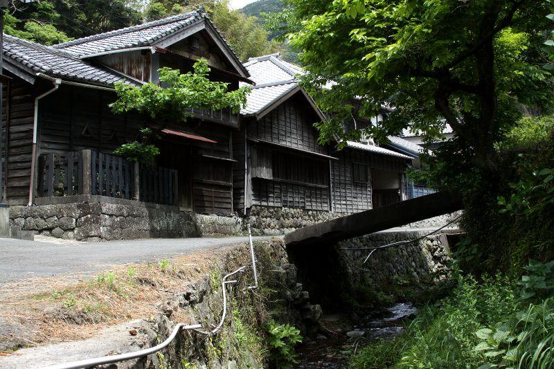 日本坂峠への古道沿いに並ぶ、昔ながらの家々