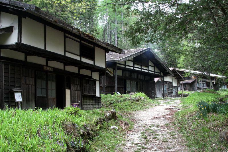 旧街道沿いに並ぶ「せがい造り」の伝統家屋