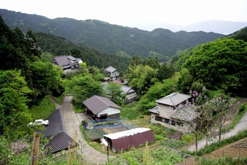 奥飛鳥の最奥「入谷集落」の大仁保神社から眺める山々