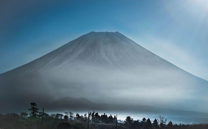 稜線が対称形で頂上が平らな西面の富士山眺望。整った美しさを幻想的な朝靄と共に見よう。