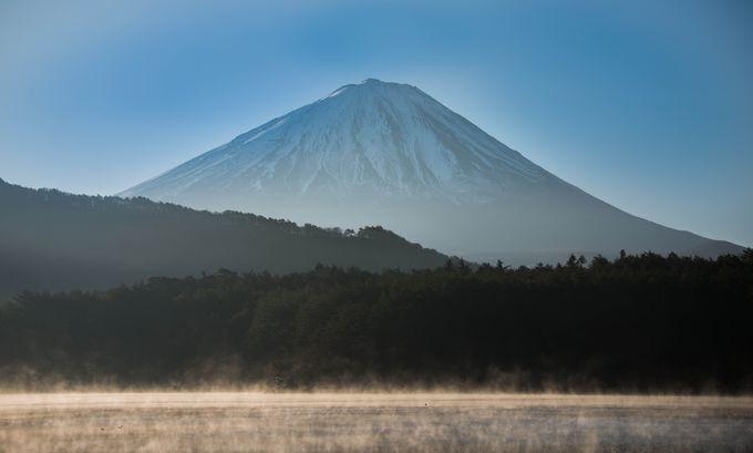 湖面からたちのぼる霧、「けあらし」と富士山のコラボレーション。霧が映える逆光構図が美しい!