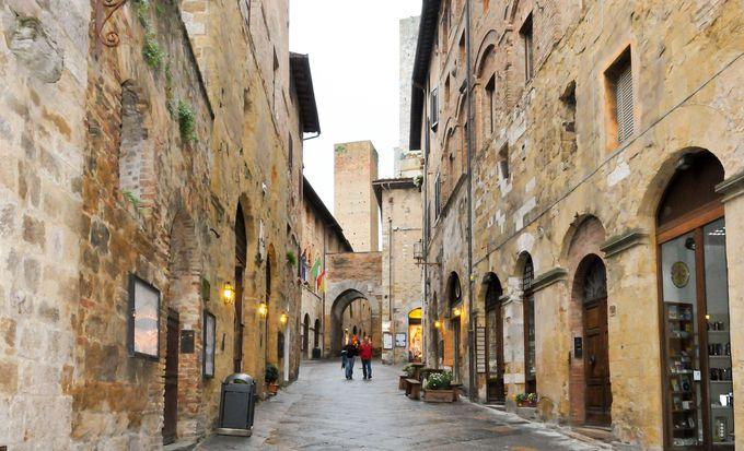 旧市街の入り口、サン・ジョヴァンニ門をくぐると、あっという間に中世にタイムスリップ!