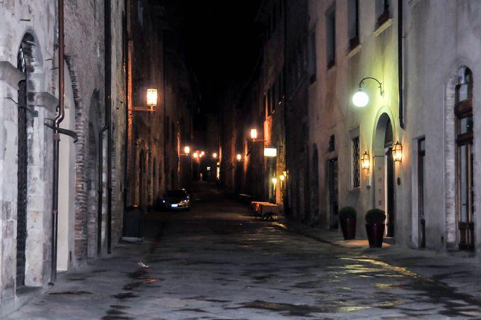 ほの暗い街並みが素敵なヨーロッパ調の夜景。治安も良い田舎町でナイトライフを楽しもう。