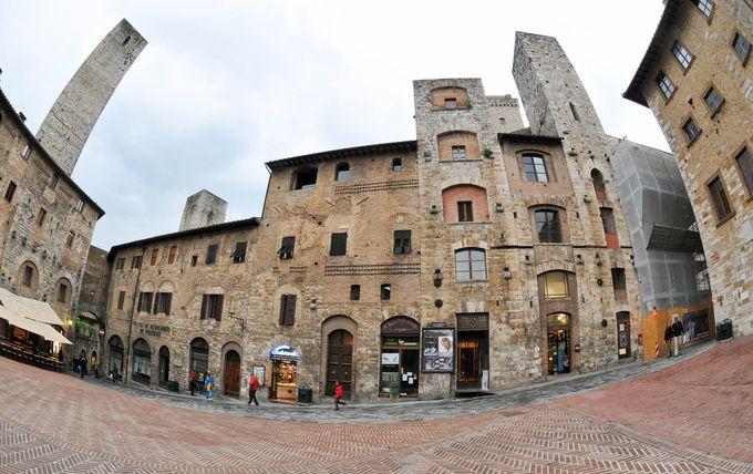 塔の街と呼ばれるゆえん、殆どの塔が集中するチステルナ広場で、中世の富の象徴を!