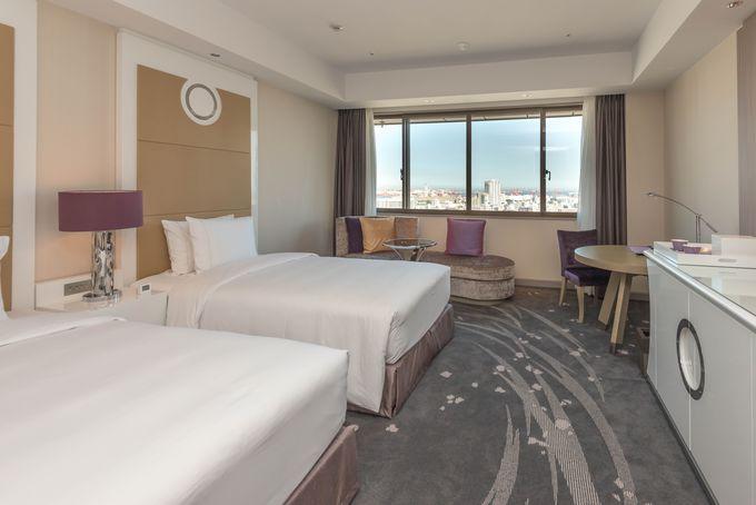 個室は商用・観光での滞在には十分な広さ。海が見える大窓がアクセントに!