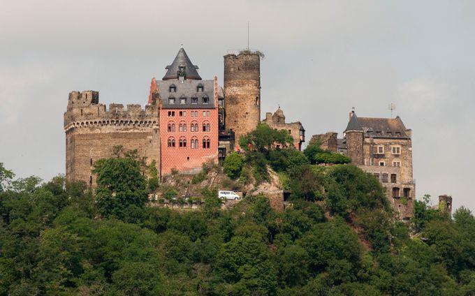 アクセスは列車でのアプローチをお勧め。要塞のようなお城を目指そう