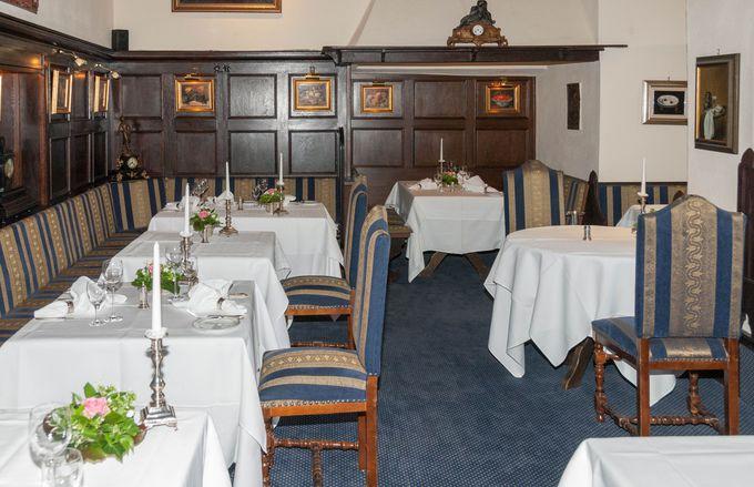元々古城だったホテル。アンティックなレストランでの食事で城主の気分に