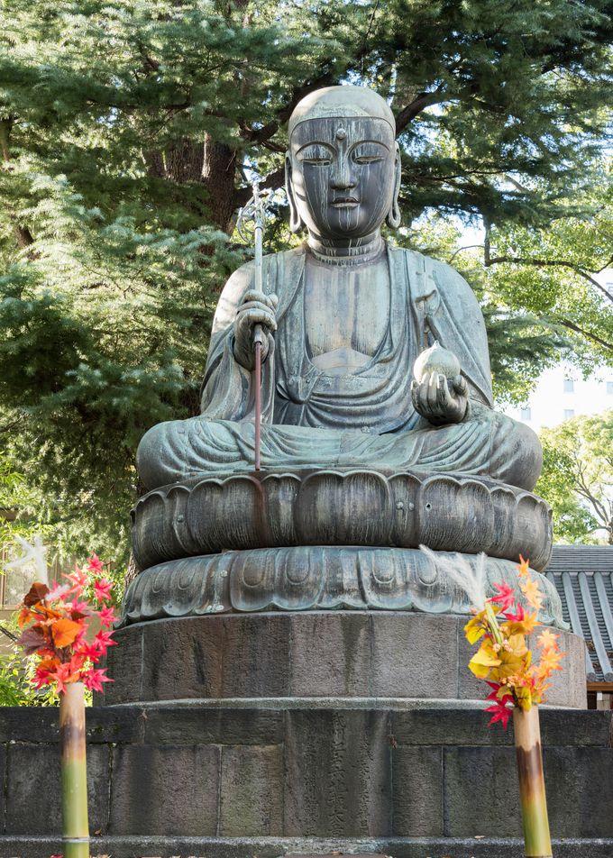 旅の安全を祈願した江戸六地蔵。江戸時代の繁栄に思いを馳せつつ、現代の東京散歩を味わってみよう