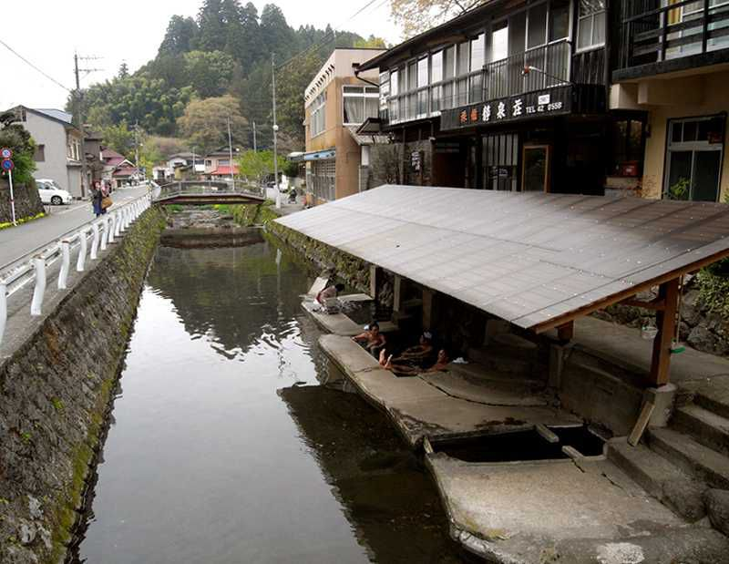 丸見え!横で洗濯?川の中の温泉 満願寺温泉共同湯「川湯」
