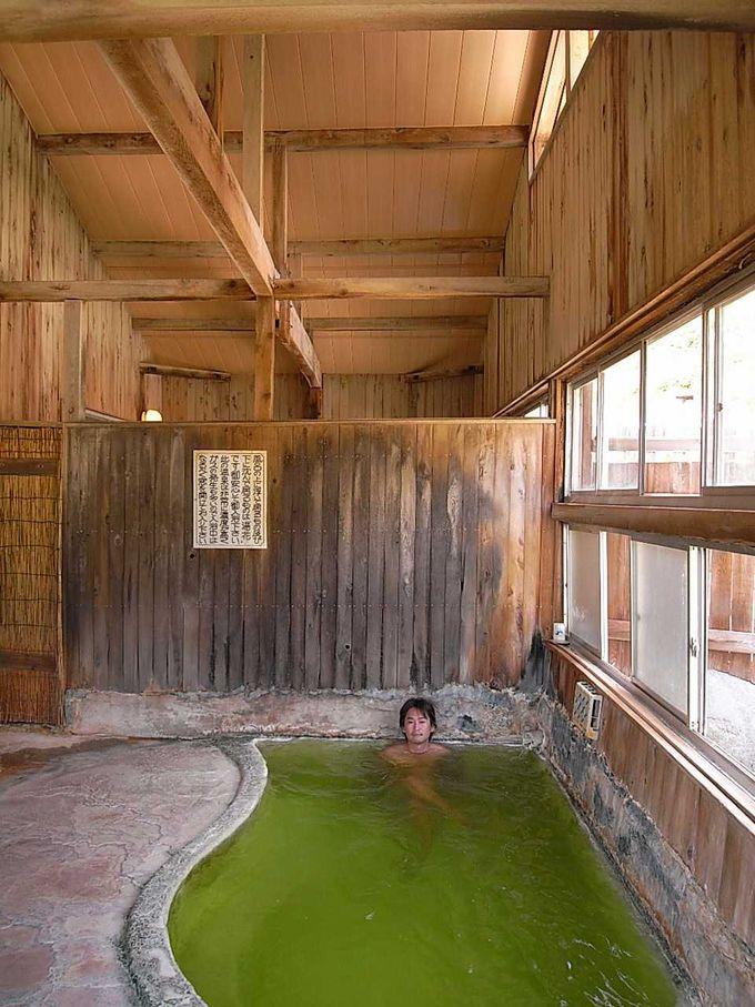 目を疑うかのような鮮やかなエメラルドグリーンの内湯 その2