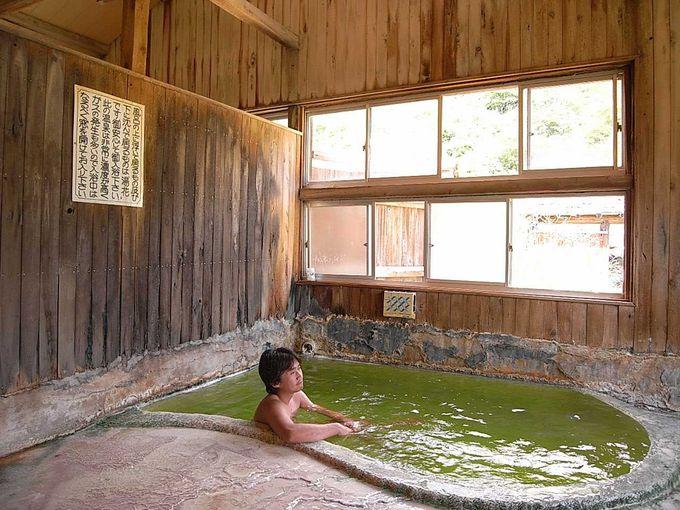 目を疑うかのような鮮やかなエメラルドグリーンの内湯 その1