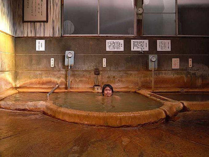 情緒ある元湯泉薬湯の浴室