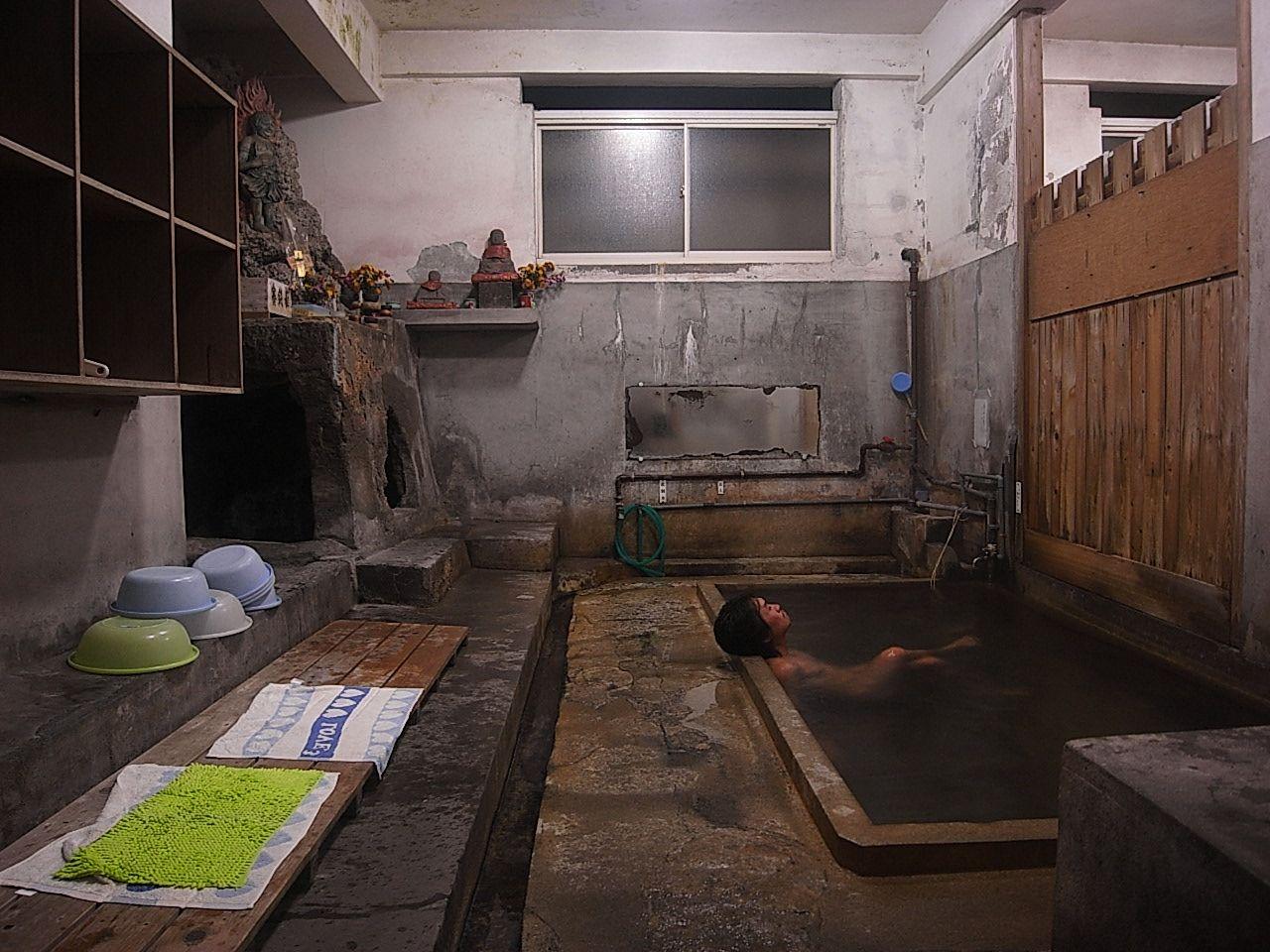 如来像とご対面?!して入湯する「谷の湯」 浴室内