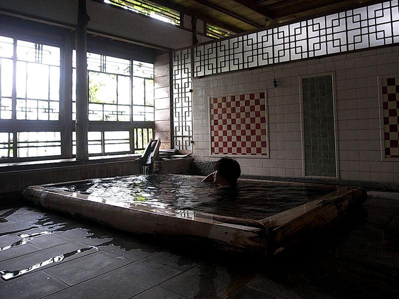 大噴湯が源泉を送り出す木造宿。伊豆河津・峰温泉「花舞 竹の庄」