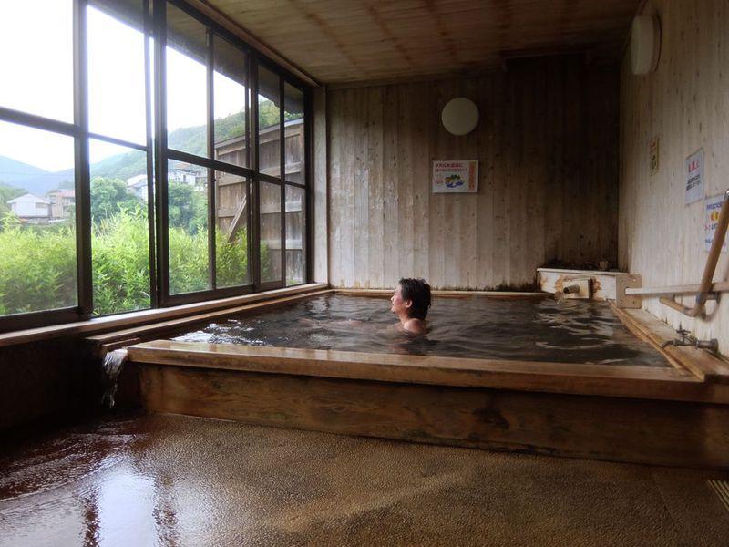 奈良・十津川温泉「庵の湯」ダム湖畔の芳醇な源泉かけ流し