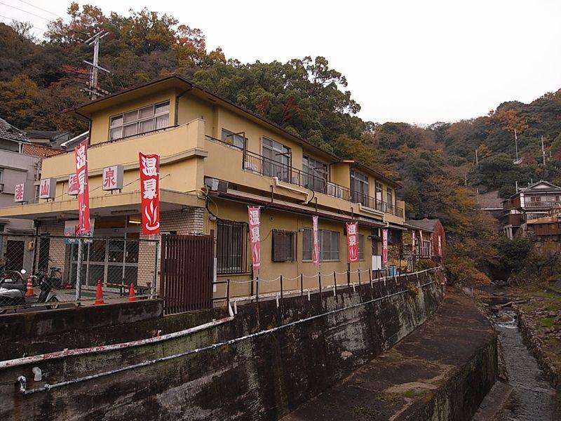 神戸市内にまるで秘湯?!源泉100%かけ流しの「湊山温泉」