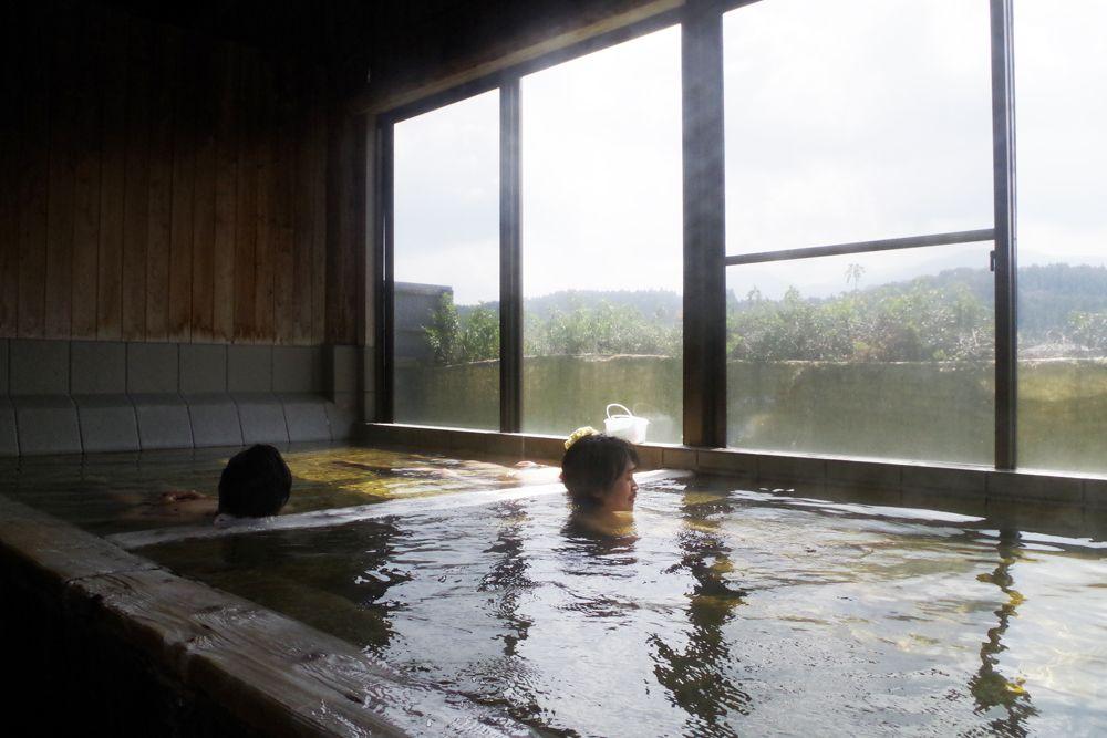 大きな窓で開放感あふれる内湯