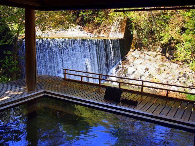 滝の音を聴きながら、天然温泉掛け流しの露天風呂を楽しむ