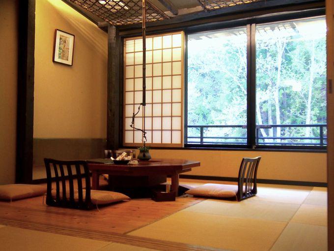 囲炉裏やアンティーク家具が素敵、ホッとくつろげるお部屋