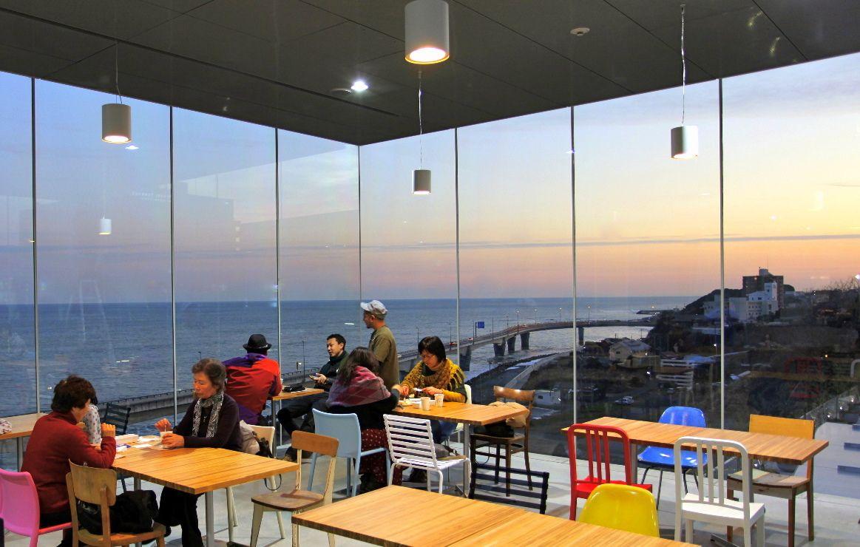 観光客にも大人気!海上に浮かぶ絶景カフェ「シーバーズカフェ(JR日立駅)」