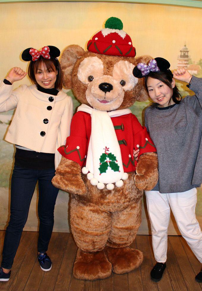 クリスマスコスチュームのダッフィーと一緒に写真を撮ろう!