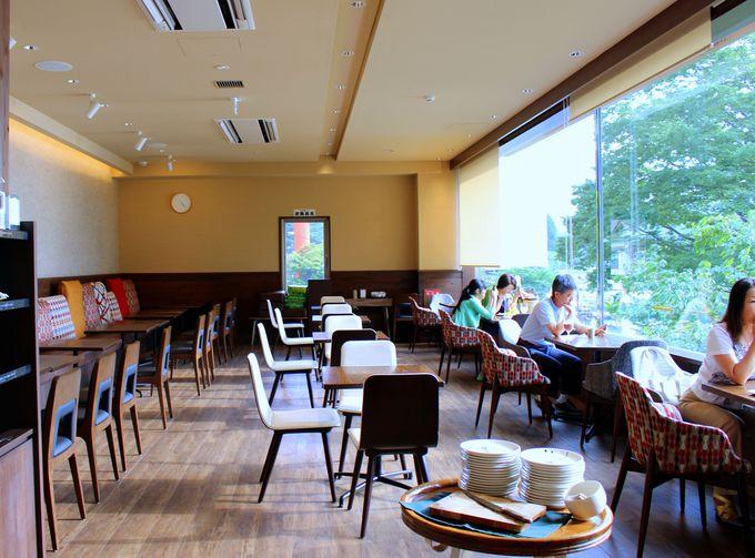 カフェは朝食バイキングも大人気!