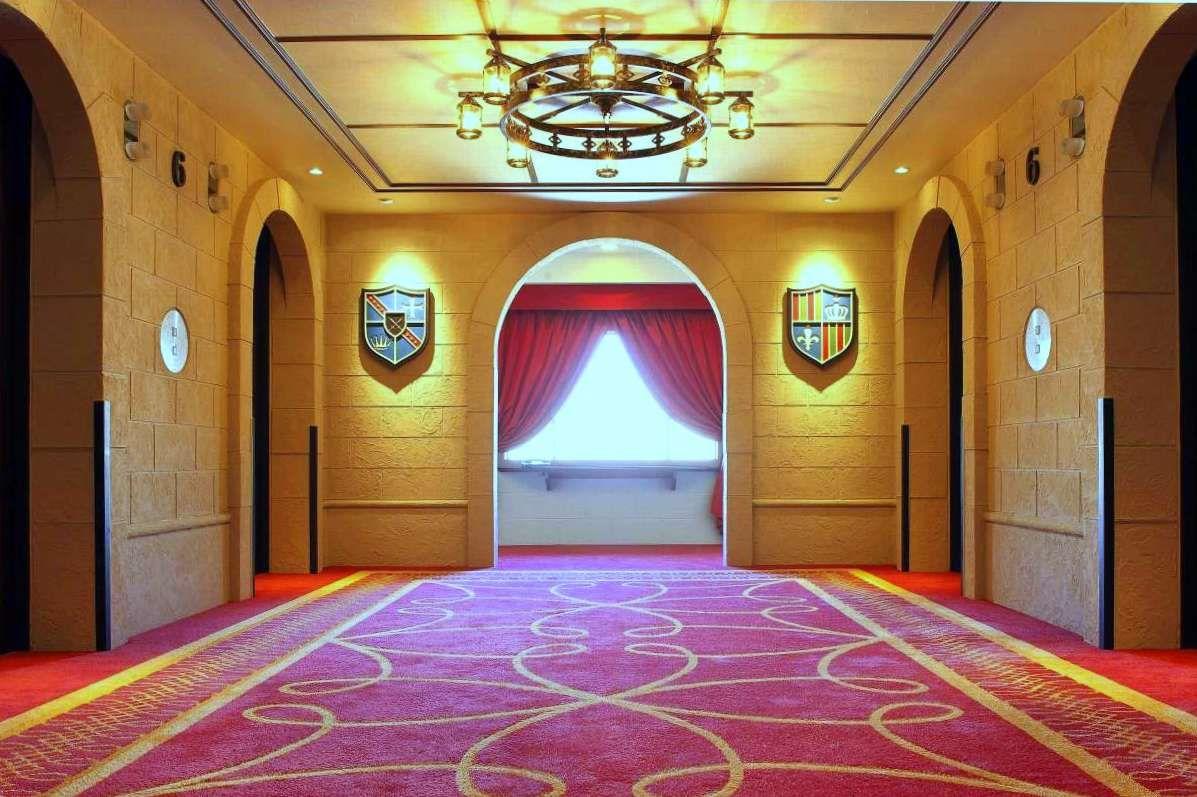 お城の中のゲストルームでお姫様気分♪シンデレラ城が見えるお部屋も!