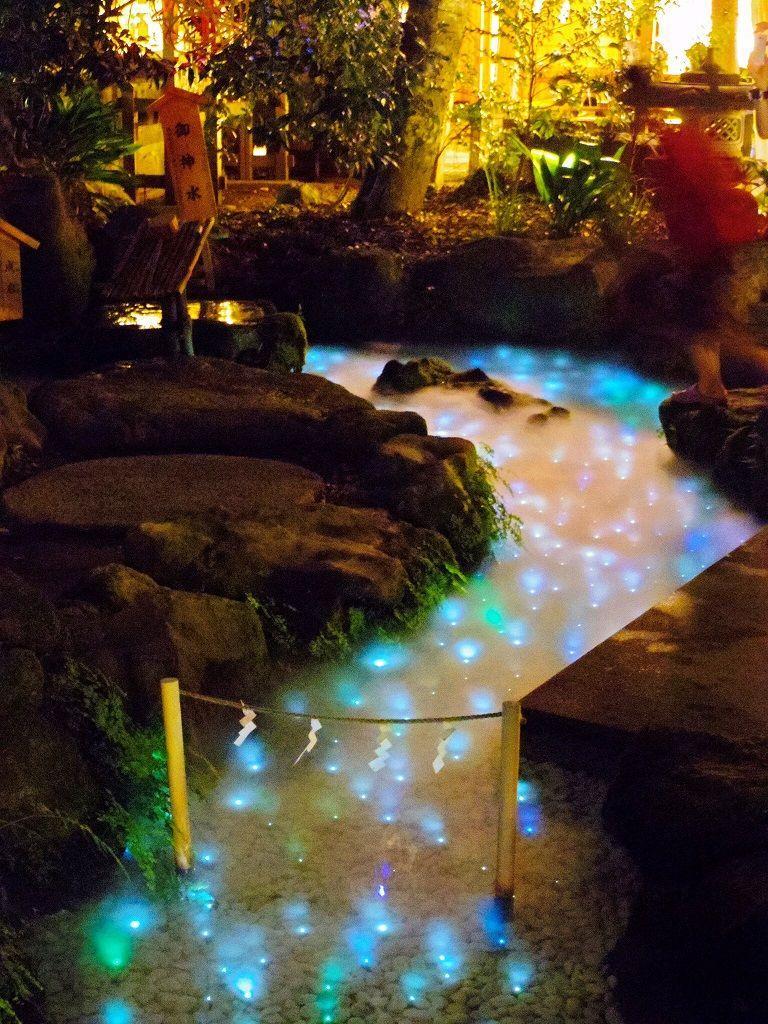 夜は御神水が天の川へ変わる
