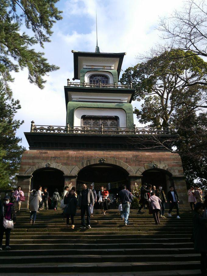 多くの金沢市民が訪れる神社