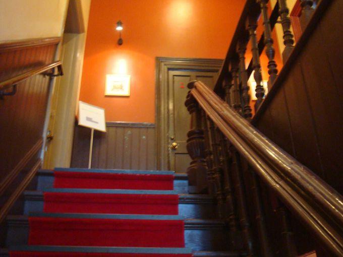 階段を上ると、そこは邸宅