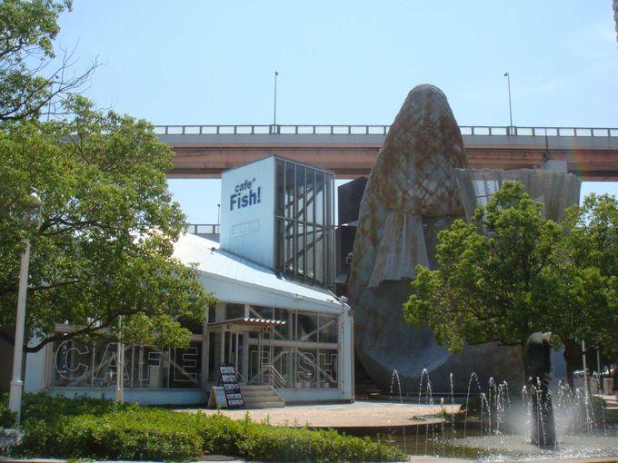 メリケンパーク、大きな魚のオブジェの隣には。