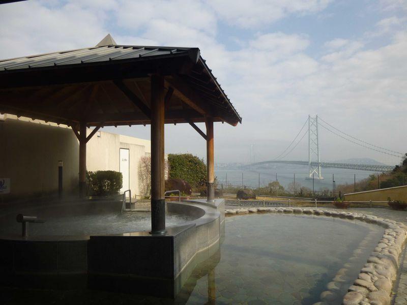 明石海峡大橋が一望できる展望露天温泉。淡路島「美湯 松帆の郷」
