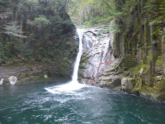 複雑な形の岩が美しい「千手滝」、細く優美な「布曳滝」