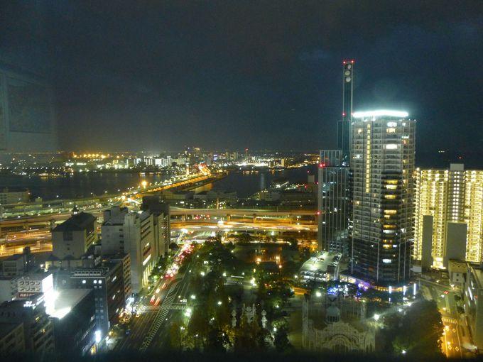 「神戸市庁舎展望ロビー」より、神戸の街を一望する。