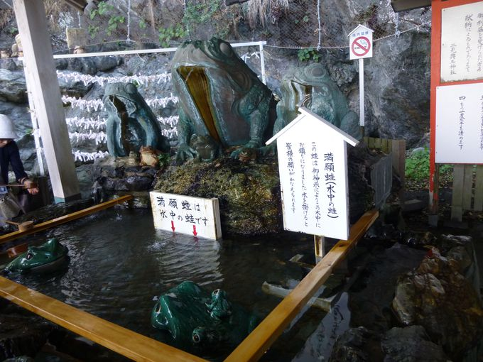 二見興玉神社の見所は?満願蛙に水をかけてお願いごとを。その隣には天岩屋。